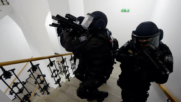 Türenknallen für Schüsse gehalten: Cobra-Einsatz (Bild: APA/ROLAND SCHLAGER (Symbolbild))