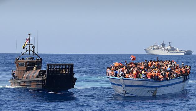 Ein von der libyschen Küste aus gestartetes, völlig überfülltes Flüchtlingsboot (Bild: APA/EPA/LOUISE GEORGE/BRITISH MINISTRY OF DEFENCE/HANDOUT)