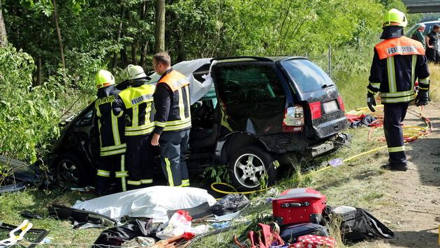 Autounfall in Deutschland: Zwei Österreicher tot (Bild: APA/EPA/ROLAND HALKASCH)