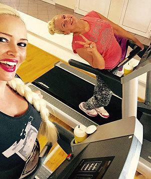 Daniela Katzenberger zeigt auf Facebook, dass sie sich auch mit Babybauch fit hält. (Bild: Viennareport)