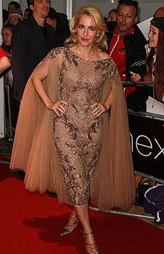 Am roten Teppich in London war Gillian Anderson in ihrer durchsichtigen Robe ein echter Hingucker. (Bild: Viennarport)