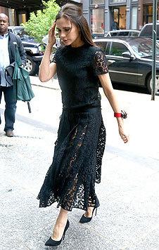 Leicht und luftig umweht die schwarze Spitze ihres Kleides ihre schlanken Beine. Einfach schön! (Bild: Viennareport)