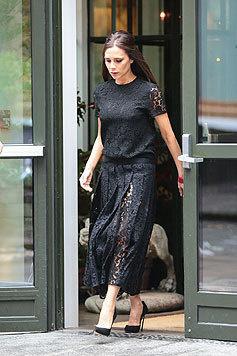 Victoria Beckham gilt als absolute Trendsetterin: Den Sommer begrüßt sie in schwarzer Spitze. (Bild: Viennareport)