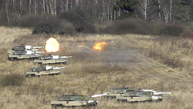 """Kampfpanzer des Typs """"Leopard"""" bei der Übung """"Handwerk 14"""" in Allentsteig (Bild: APA/BUNDESHEER/GUNTER PUSCH)"""