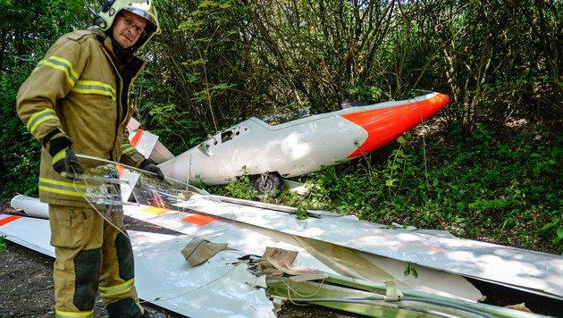 BFW-Einsatzleiter Dieter Jonas beim Wrack des Segelflugzeugs (Bild: fotokerschi.at)