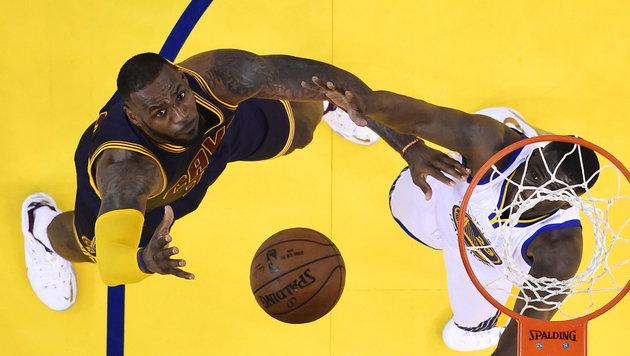 Zu selten konnte sich LeBron James (links) gegen Golden State durchsetzen. (Bild: APA/EPA/JOHN G. MABANGLO / POOL)