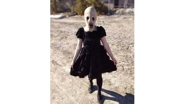 Die Maske dieses Mädchens könnte einem Horrorfilm entsprungen sein.