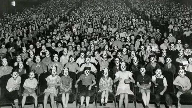 In diesem Bild sind schlichtweg zu viele Micky-Maus-Masken zu sehen!