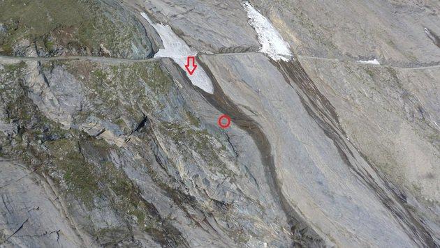 Von diesem Schneefeld stürzte der Deutsche in die Tiefe. Nach 40 Metern blieb er verletzt liegen. (Bild: LPD Kärnten)