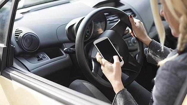 Autofahrerin zu zwei Jahren Handyverbot verurteilt (Bild: thinkstockphotos.de)