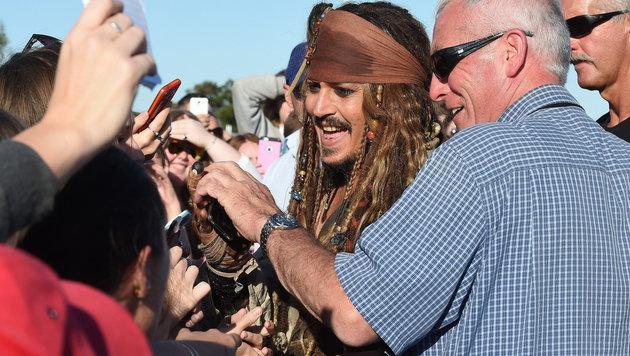 Der Schauspieler in einer Drehpause mit Fans (Bild: APA/EPA/DAVE HUNT)