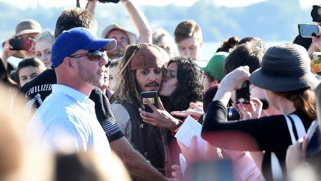 ...und schon gab's einen dicken Schmatz für Johnny Depp. (Bild: APA/EPA/DAVE HUNT)