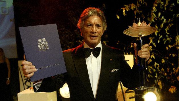 """2005 wird Pierre Brice bei den Kärntner Awards mit der """"Rose vom Wörther See"""" geehrt. (Bild: Uta Rojsek-Wiedergut)"""