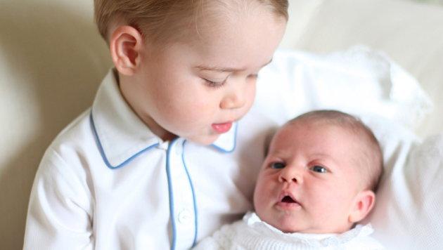 Prinz George mit seiner Schwester Charlotte (Bild: APA/EPA/DUCHESS OF CAMBRIDGE/HANDOUT)