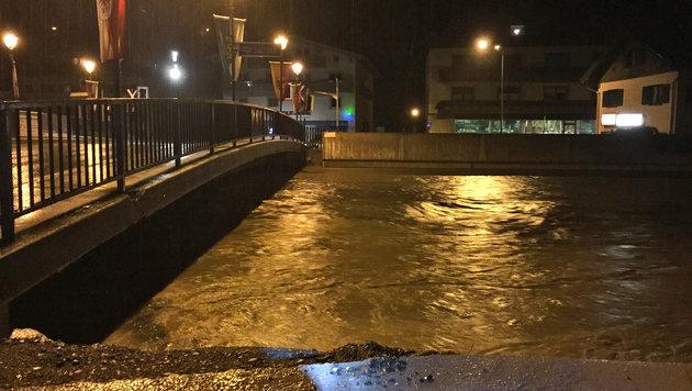 Hochwasseralarm wurde im Salzburger Pinzgau ausgegeben. Die Pegelstände wurden laufend kontrolliert. (Bild: APA/FEUERWEHR MITTERSILL)