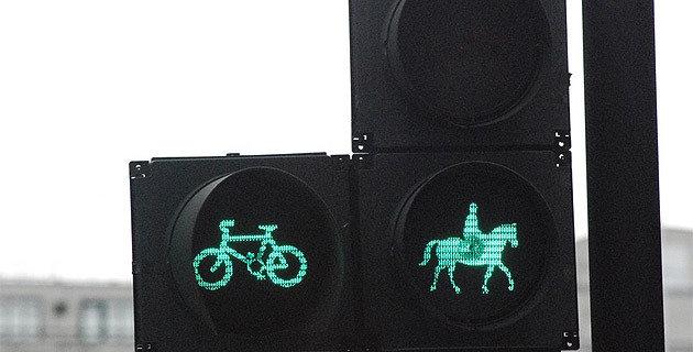 Auch in London gibt's Ampelmännchen auf Pferden, hier regeln sie den Über(t)ritt von Reitern. (Bild: Internet)