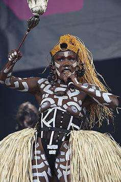 Grace Jones mit Baströckchen, Stammesbemalung und sonst fast gar nichts an auf der Bühne (Bild: Viennareport)