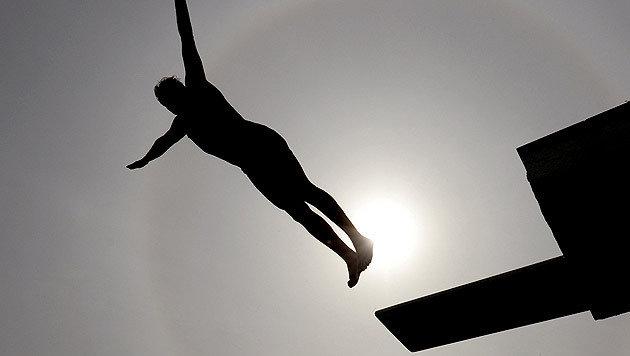 Mädchen von Freund (13) vom Sprungturm gestoßen (Bild: APA/dpa/Ralf Hirschberger (Symbolbild))