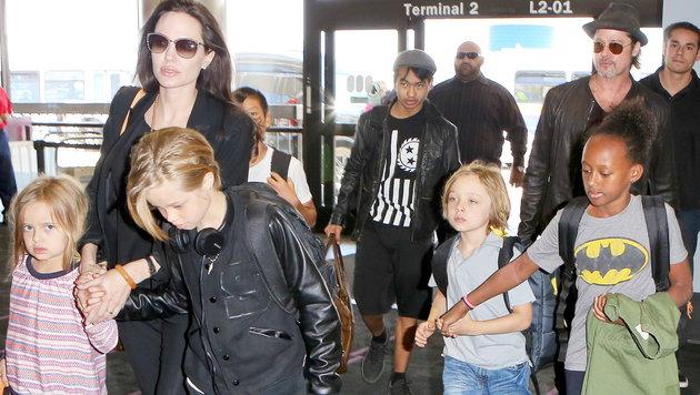 Die Großfamilie Jolie-Pitt auf Reisen (Bild: Viennareport)