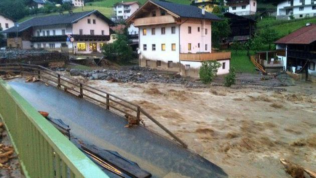 Spur der Verwüstung nach Unwettern in Österreich (Bild: APA/ZEITUNGSFOTO.AT)