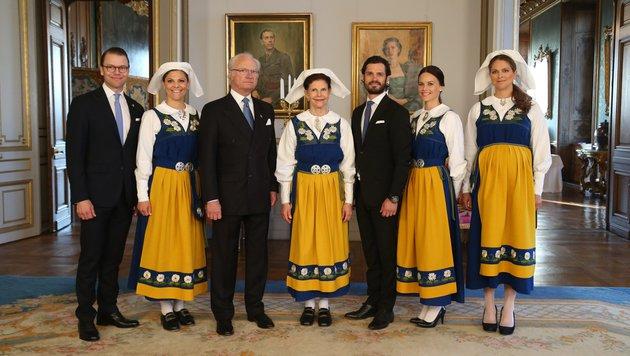 Die schwedische Königsfamilie mit dem Brautpaar am Nationalfeiertag in der Nationaltracht (Bild: AP/Soren Andersson/TT)