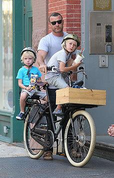 Liev Schreiber chauffiert seine Jungs am liebsten am Fahrrad durch New York. (Bild: Viennareport)