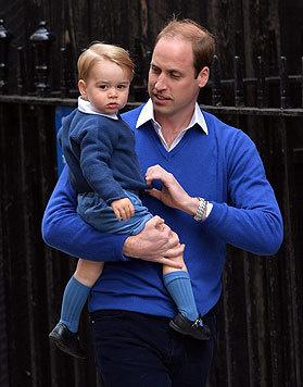 Prinz William mit seinem kleinen Thronfolger George. Liebevoll richtet er dessen Pullover. (Bild: EPA)