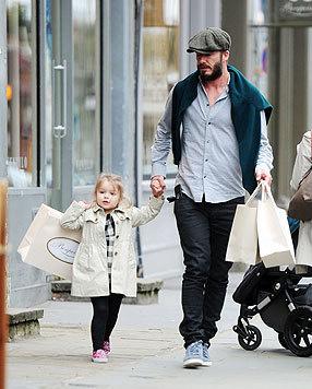 Shoppen mit Papa: Klein-Harper trägt ein Sackerl selbst und lässt Papa David den Rest schleppen. (Bild: Viennareport)