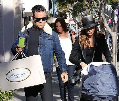 Robbie Williams hat bei der Edelkinderboutique sicher was Schnuckeliges für Töchterl Theo gekauft. (Bild: Viennareport)