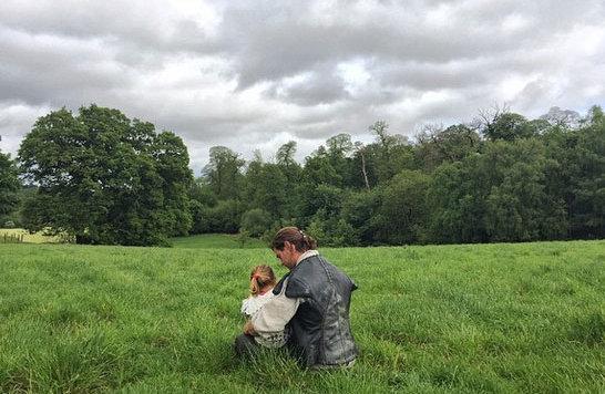 Chris Hemsworth nimmt sich am Filmset Zeit für sein süßes Töchterchen, das ihn besucht hat. (Bild: Viennareport)