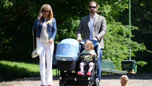 Tomaso Trussardo übernimmt das Schieben des Doppelkinderwagens - Mama Michelle Hunziker telefoniert. (Bild: Viennareport)