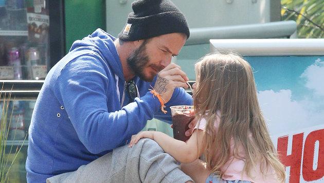 David Beckham füttert Tochter Harper mit einem Acai-Smoothie. (Bild: Viennareport)