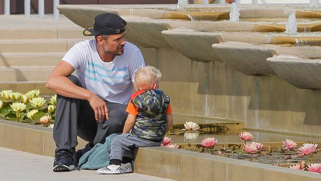 Josh Duhamel mit Sohn Axl Jack Duhamel im Wasserpark (Bild: Viennareport)
