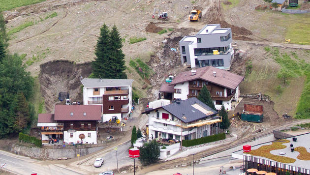 Spur der Verwüstung nach Unwettern in Österreich (Bild: APA/EXPA/JOHANN GRODER)