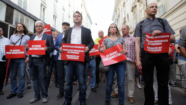 """Traiskirchner fordern: """"Massenlager abschaffen"""" (Bild: APA/GEORG HOCHMUTH)"""