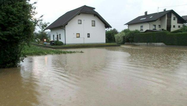 Überflutungen nach Starkregen in Oberösterreich (Bild: APA/FF AURACHKIRCHEN)