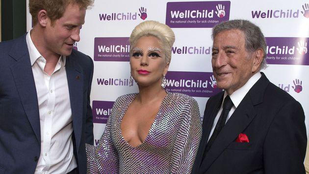 Bei diesem Dekolleté musste selbst Prinz Harry einen Blick riskieren. (Bild: AFP)