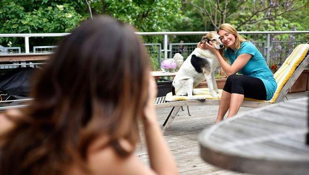 """Ausgiebige Streicheleinheiten zeigen: Hündin """"Rosa"""" ist der Stars im Leben von Angelika Niedetzky. (Bild: Purina PetCare Austria/Brigitte Gradwohl)"""