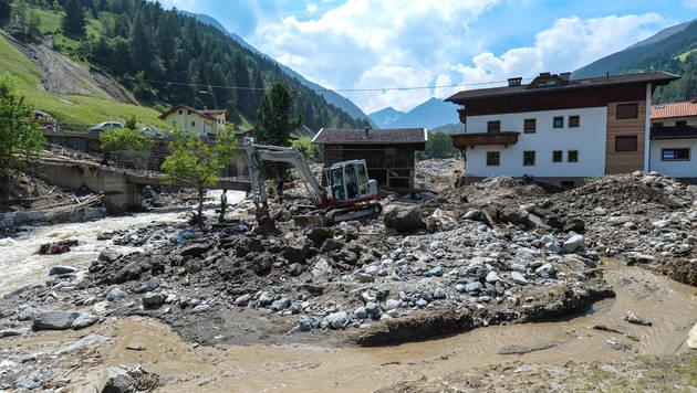 Unwetter in Tirol: 100 Asylwerber wollen helfen (Bild: APA/ZEITUNGSFOTO.AT/LIEBL DANIEL)