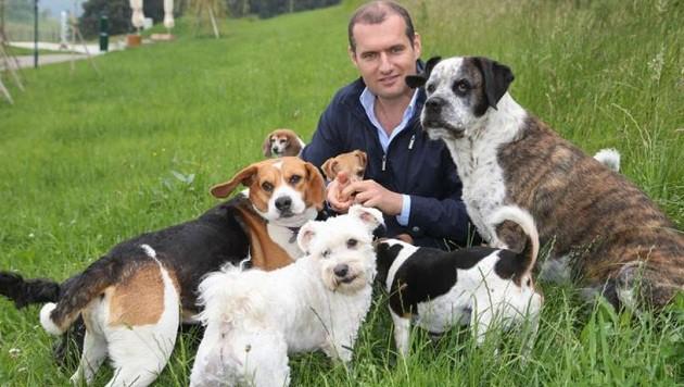 Geschäftsführer Dieter Ehrengruber mit Hunden (Bild: Franz Neumayr)