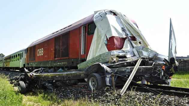 OÖ: Lkw von Zug in der Mitte auseinandergerissen (Bild: APA/MANFRED FESL)