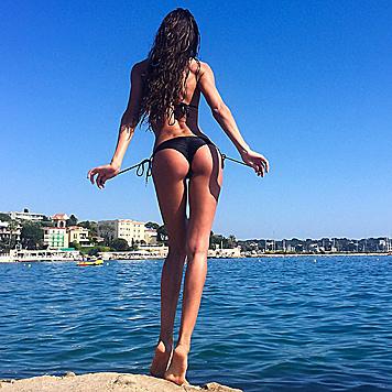 Was ist schöner: Izabel Goularts Rückenansicht oder der Blick auf Ibiza? (Bild: Viennareport)