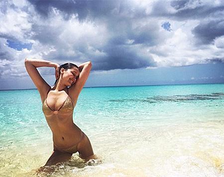 Bella Hadid hat das Posieren am Traumstrand drauf. (Bild: instagram.com/bellahadid)