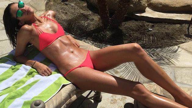 Sara Sampaio lässt sich die Sonne auf den gestählten Körper scheinen. (Bild: Viennareport)