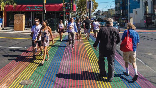 Nicht fehlen darf ein solcher Zebrastreifen natürlich in der Homosexuellen-Hochburg San Francisco. (Bild: Internet)