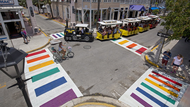 Seit Mai hat auch das Zentrum von Key West in Florida eine Kreuzung mit Regenbogen-Schutzwegen. (Bild: AP)