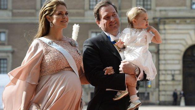 Die hochschwangere Madeleine mit Tochter Leonore und Ehemann Chris O'Neill (Bild: AFP/JONATHAN NACKSTRAND)