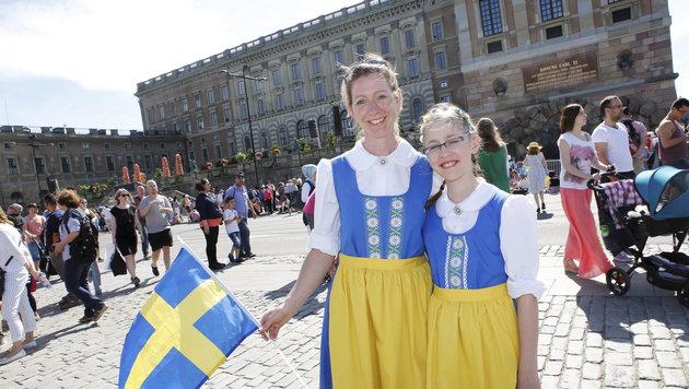 Fans in schwedischer Nationaltracht (Bild: APA/EPA/Christine Olsson/TT)