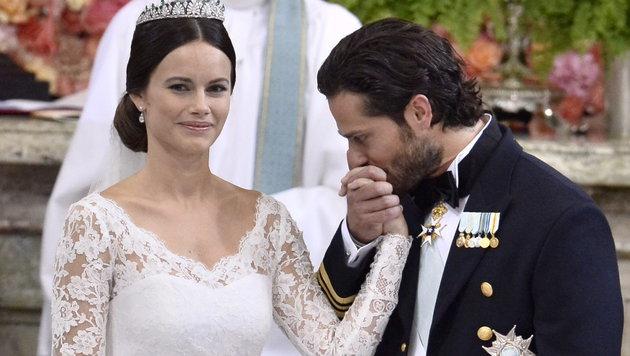 Der gerührte Prinz gibt seiner frisch angetrauten Frau einen Handkuss. (Bild: APA/EPA/Claudio Bresciani/TT)