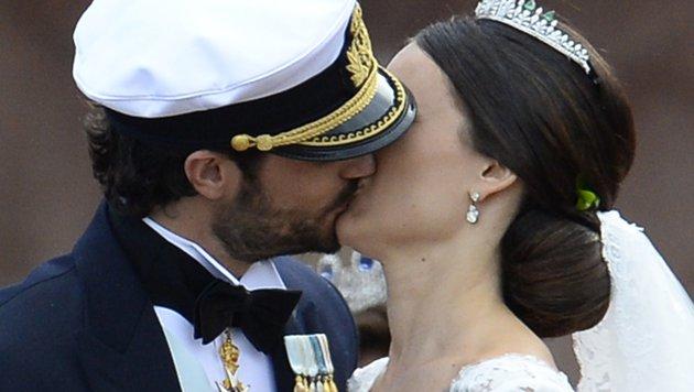 Kuss der Liebe: Carl Philip und Sofia nach ihrer Hochzeit (Bild: AFP/JONATHAN NACKSTRAND)